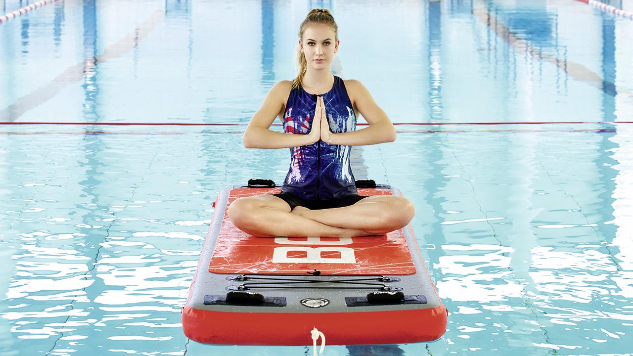 Frau macht Yoga auf einer schwimmenden Aquafitness-Matte