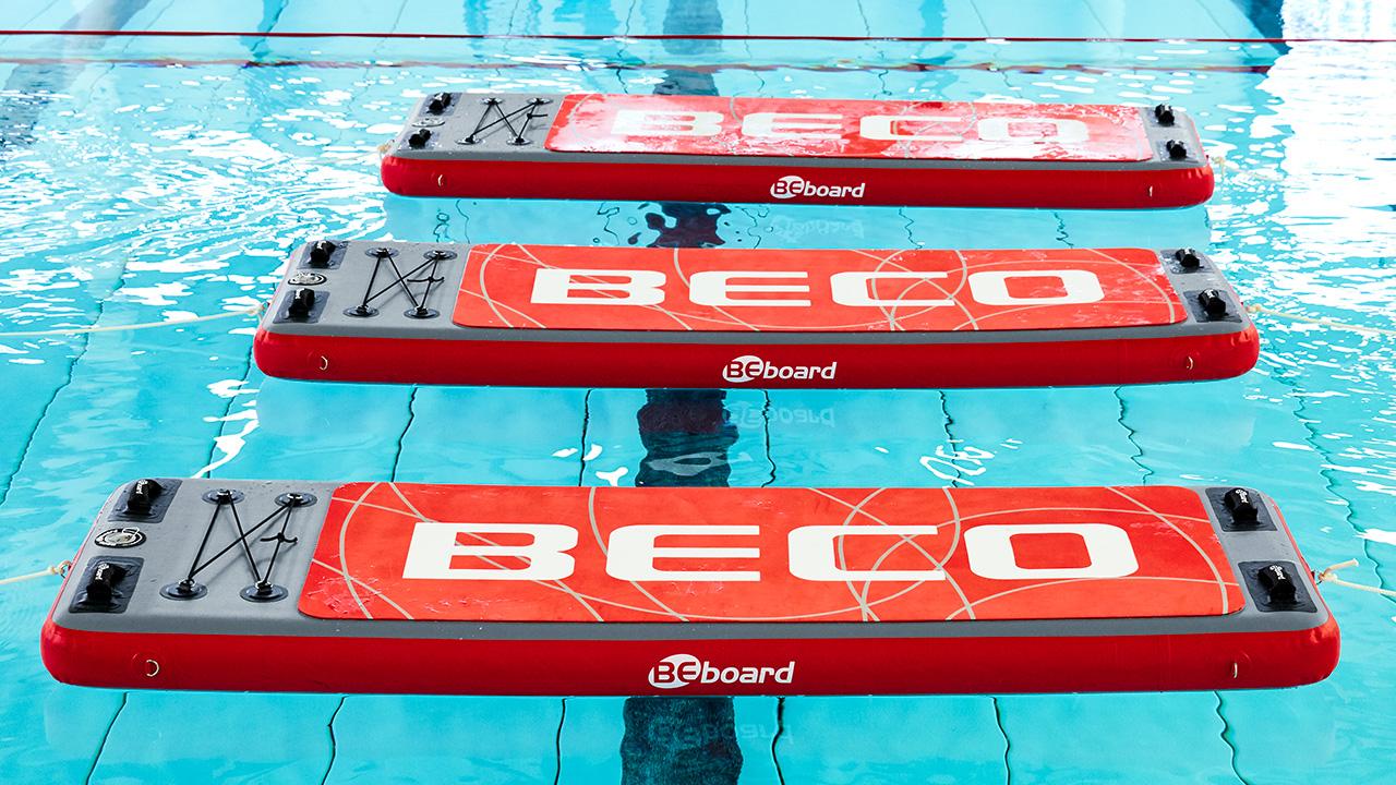 Drei Aquafitness-Matten im Schwimmbecken