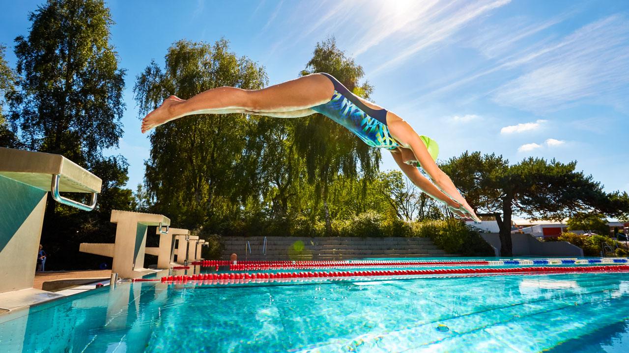 Kopfsprung in ein Sportschwimmbecken