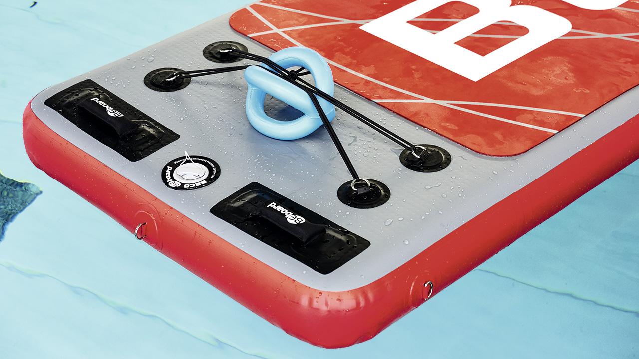 Aquafitness-Matte mit zusätzlichem Trainingsgerät