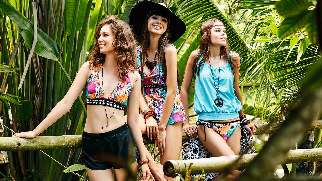 Swimwear mit ethnisch inspirierten Prints in einem tropischen Garten