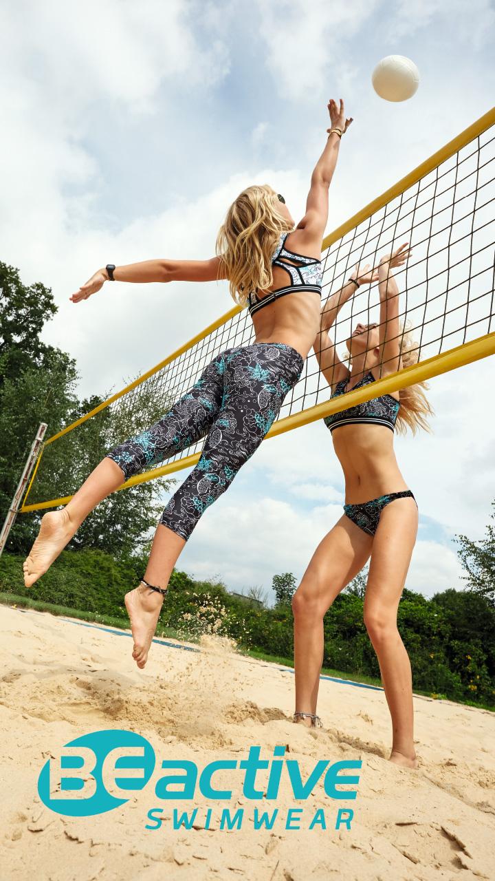 Zwei Frauen spielen Beach-Volleyball