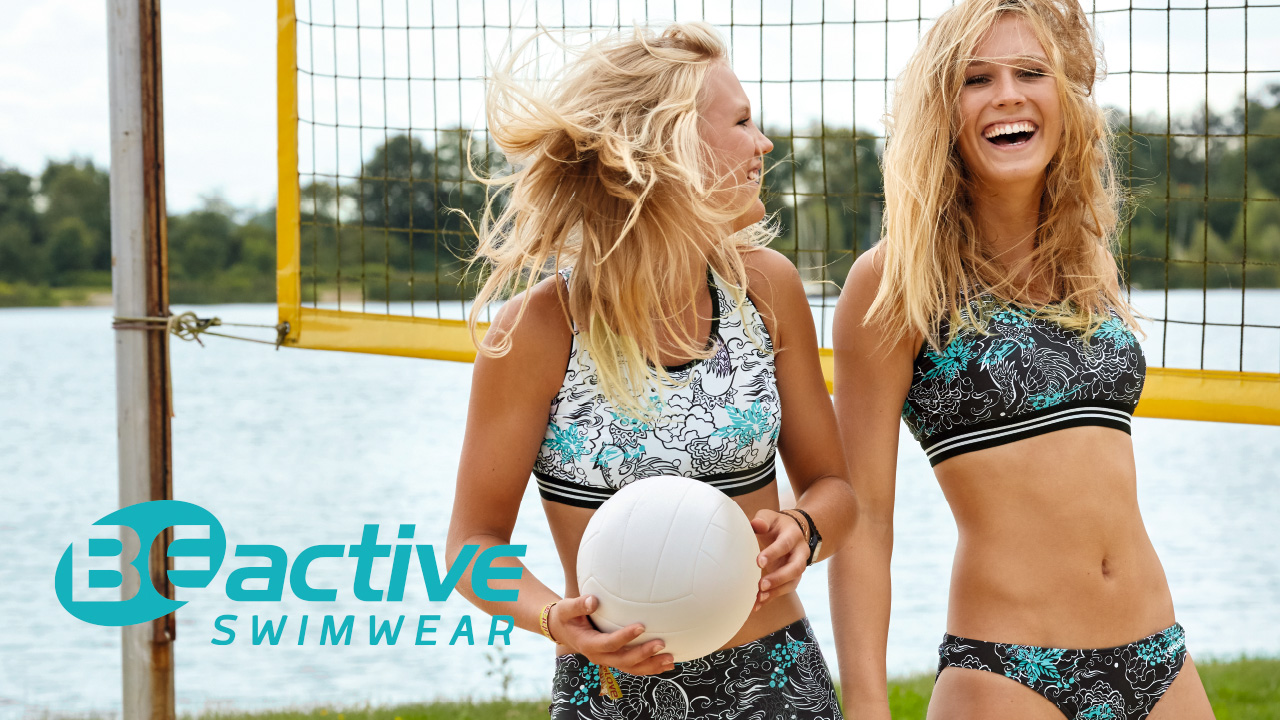Zwei Frauen stehen auf einem Beach-Volleyball-Feld
