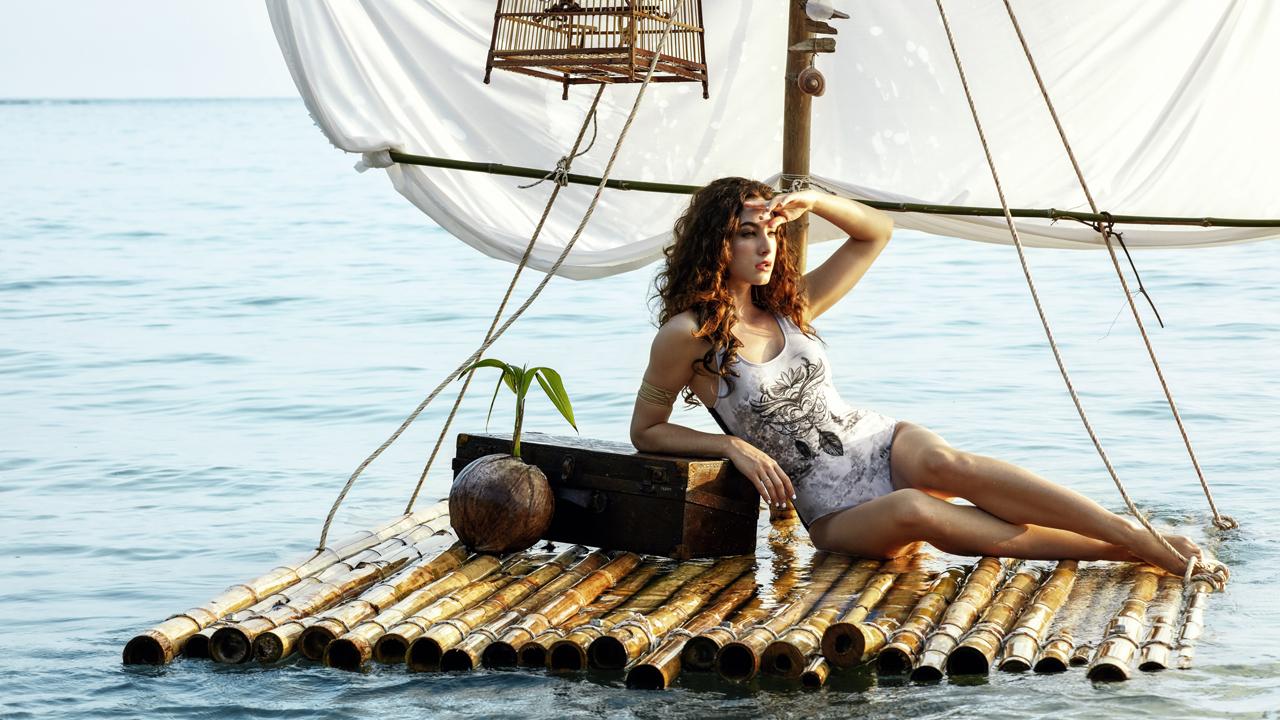 Eine Frau liegt auf einem Floß.