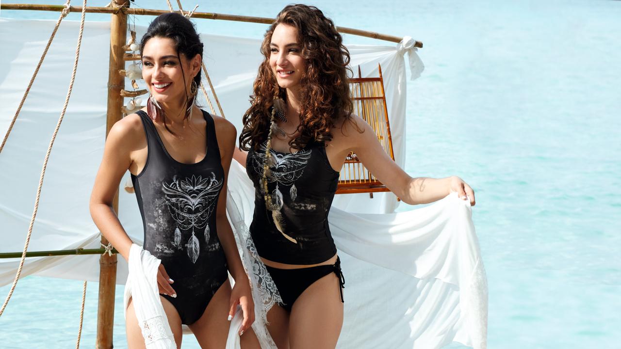 Zwei Frauen stehen auf einem Floß.