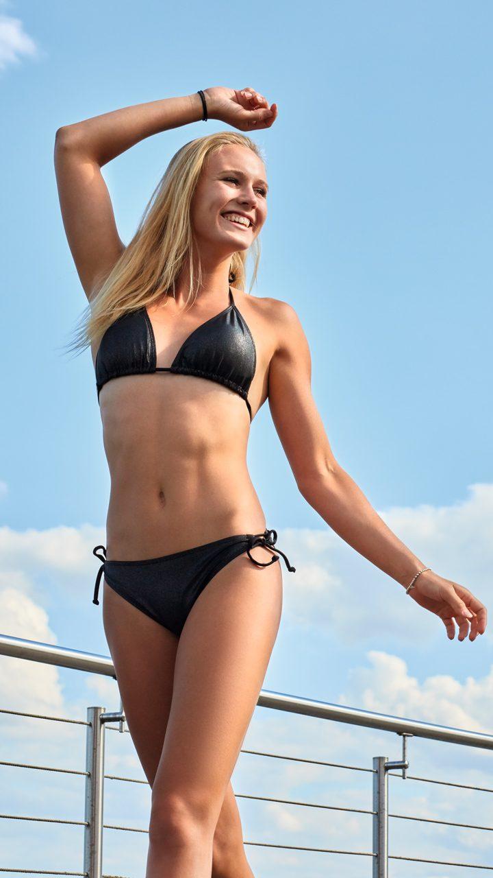 Bikini und Badeanzug aus schimmerndem Lurexstoff