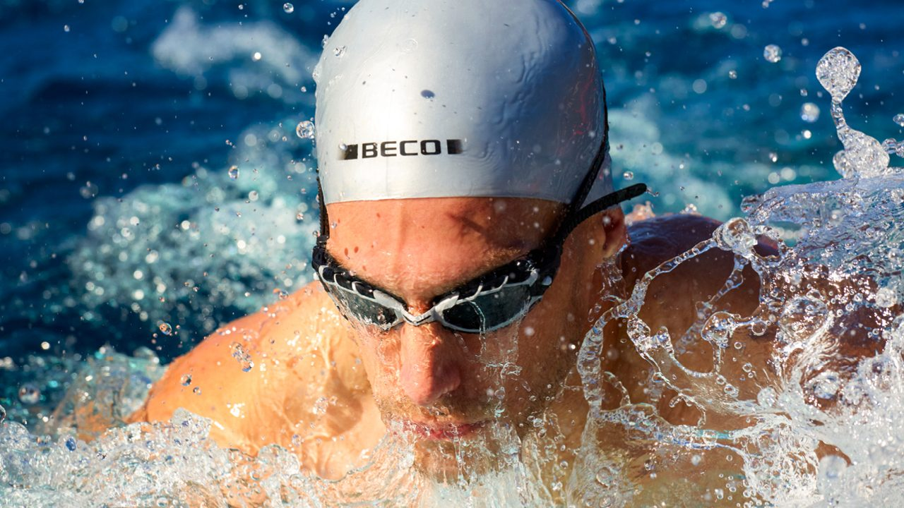 Competitive swimming goggles